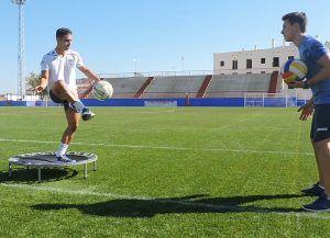 Entrenamiento preventivo de propiocepción a través de equilibrio unipodal sobre minitramp con golpeo de balón pie/mano